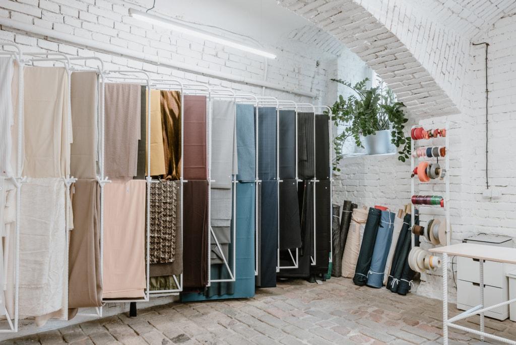 90094f8d23 Brány prodejny Textile Mountain se otevřely - WHAT news