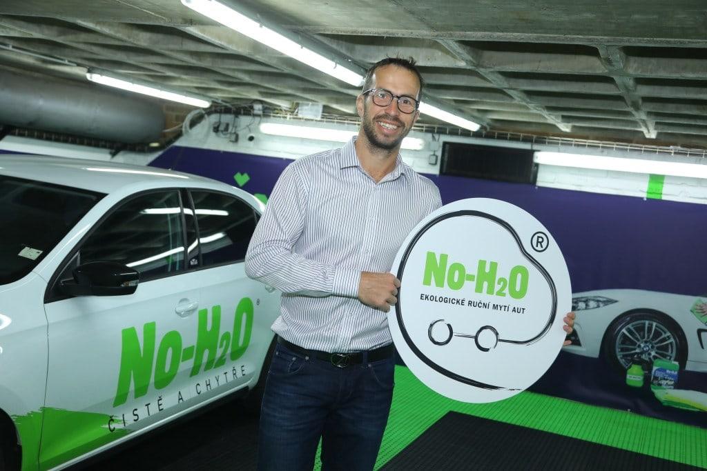 Radek Štěpánek je ve víru ekologických projektů. Víte, jak umýt auto bez vody?