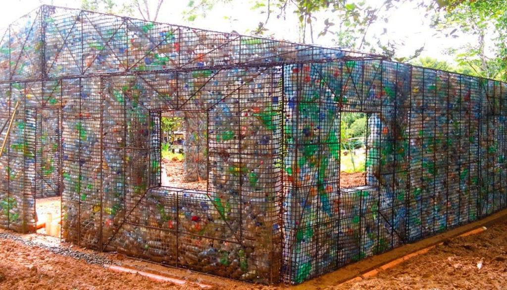 Dům z plastových lahví
