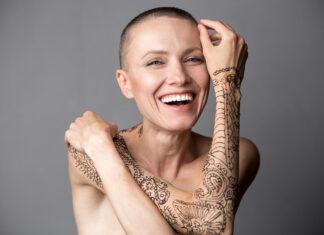 Zákeřná nemoc jí vzala prsa, vlasy i sebevědomí. Nyní televizní producentka založila první beauty platformu pro lidi trpící rakovinou