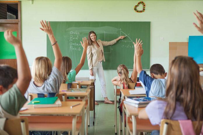 Výsledky studentů klesají a ředitelé škol nejsou na profesi připraveni. Jak transformovat vzdělávání, prozradí youtuber Kovy i ministr Plaga